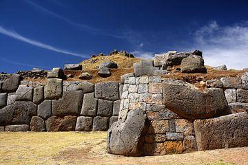 Sacsayhuamán een ruine vlakbij bij de stad Cuzco in Peru van Yvonne Smits