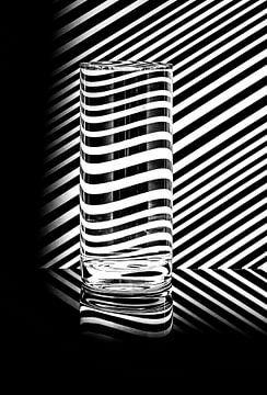 Zwart-wit beeld met vervormende diagonale lijnen  van Wim Stolwerk