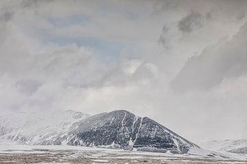 Besneeuwde bergen in Noorwegen van Marcel Kerdijk
