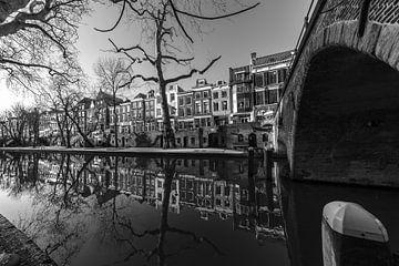 Weesbrug over de Oudegracht in Utrecht in zwart-wit van De Utrechtse Grachten