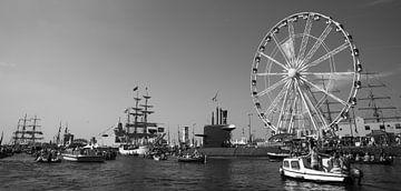 Sail Amsterdam in het Ij (zwart-wit) van Kaj Hendriks
