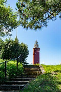 Leuchtturm Ouddorp in Zeeland zwischen den Bäumen von Kristof Leffelaer