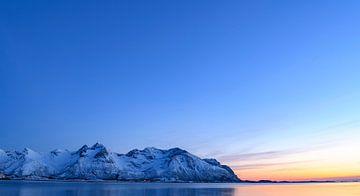 Verschneite Winterlandschaft bei Sonnenuntergang auf den Lofoten in Norwegen von Sjoerd van der Wal
