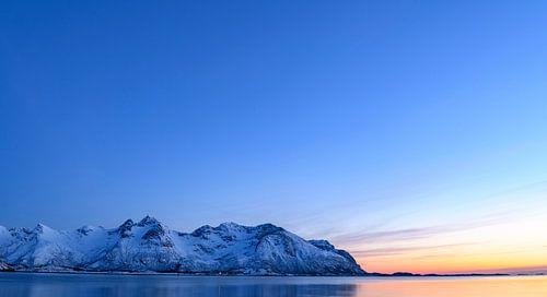 Winterlandschap tijdens zonsondergang op de Lofoten in Noorwegen