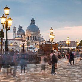 Venetië in avondlicht met bewegende mensen van Mirjam Boerhoop - Oudenaarden