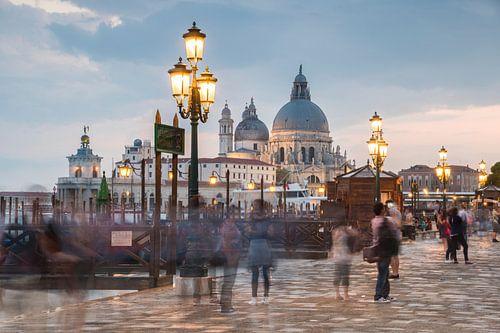 Venetië in avondlicht met bewegende mensen van