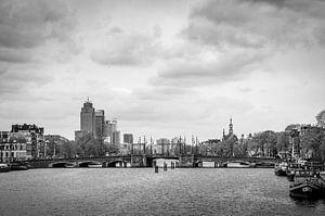 Amstel met Rembrandttoren en de Nieuwe Amstelbrug