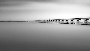 Die Zeeland-Brücke in High-Key-Schwarz-Weiß von Jan Hermsen