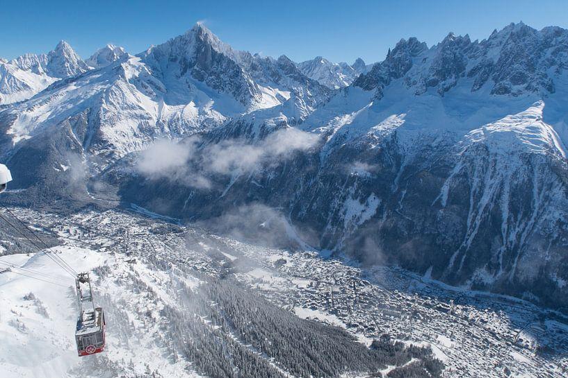 De kabelbaan naar de Brevent boven Chamonix in de Mont Blanc vallei. van Menno Boermans
