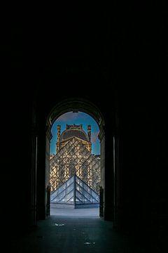 vue à travers la pyramide de verre du louvre à paris sur Eric van Nieuwland