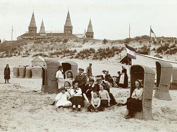 Kinderen aan het strand in Zandvoort, Knackstedt & Näther, 1900 - 1905