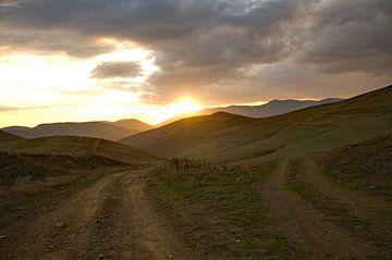 Tweesprong in de bergen van Armenië bij zonsondergang van