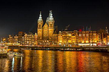 St. Niklaas kerk bij avond in Amsterdam van Nisangha Masselink