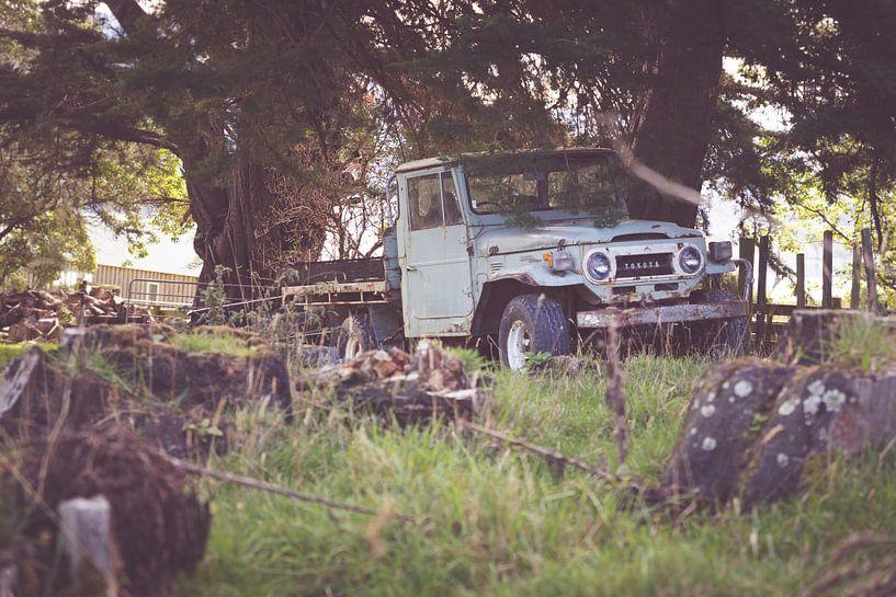 Ouderwetse roestige auto van Studio W&W