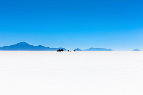 Uitzicht op reisgezelschap in de Salar de Uyuni zoutwoestijn in Bolivia van Wout Kok
