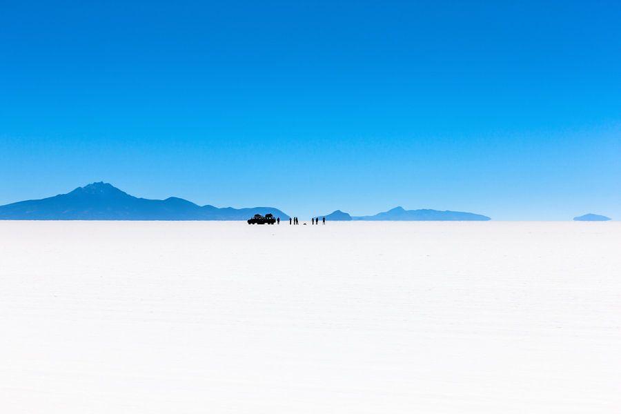 Uitzicht op reisgezelschap in de Salar de Uyuni zoutwoestijn in Bolivia