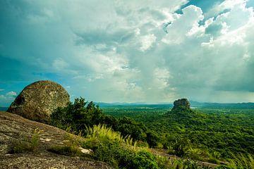 Sri Lanka's Sigiriya Lions Rock van een afstandje van Thijs van Laarhoven