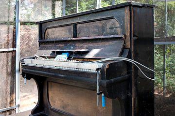 Altes Klavier - Nostalgie - Melancholie - Musik - Stillleben von Marianne van der Zee