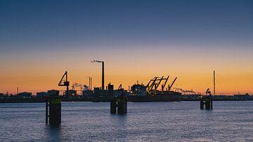 Europoort net na zonsondergang Mooie oranje lucht