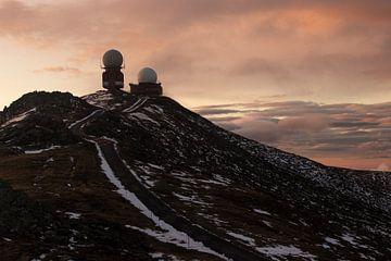 Radar gebouwen op de bergtop van Martijn Aleman