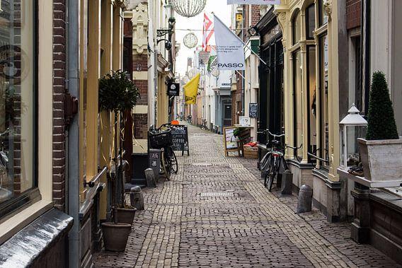 Winkelstraatje in oud Alkmaar van Jaap Mulder