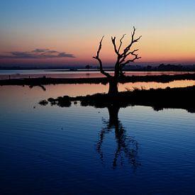 Zonsondergang van de U bein Brug in Myanmar van Michael Feelders