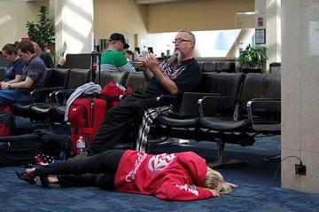Even een power nap op vliegveld van Anjo Schuite