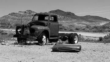 Verlassenes verrostetes Auto in der Wüste von Amerika von de Roos Fotografie