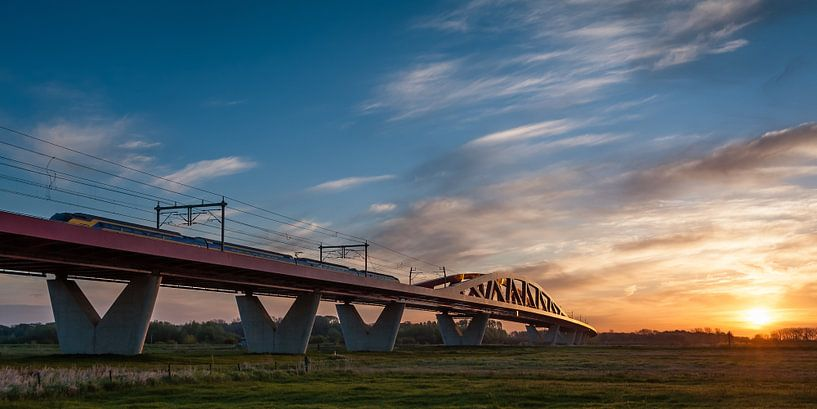 Der Zug in der niederländischen Landschaft: Der Hanzeboog, Hattem von John Verbruggen