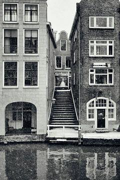 Gluren vanaf de Oudegracht naar de Lijnmarkt in Utrecht in de winter.  (Utrecht2019@40mm nr 22) van