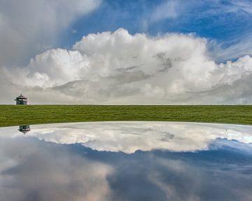De dijk bij het Noorderleeg met wolken van Harrie Muis