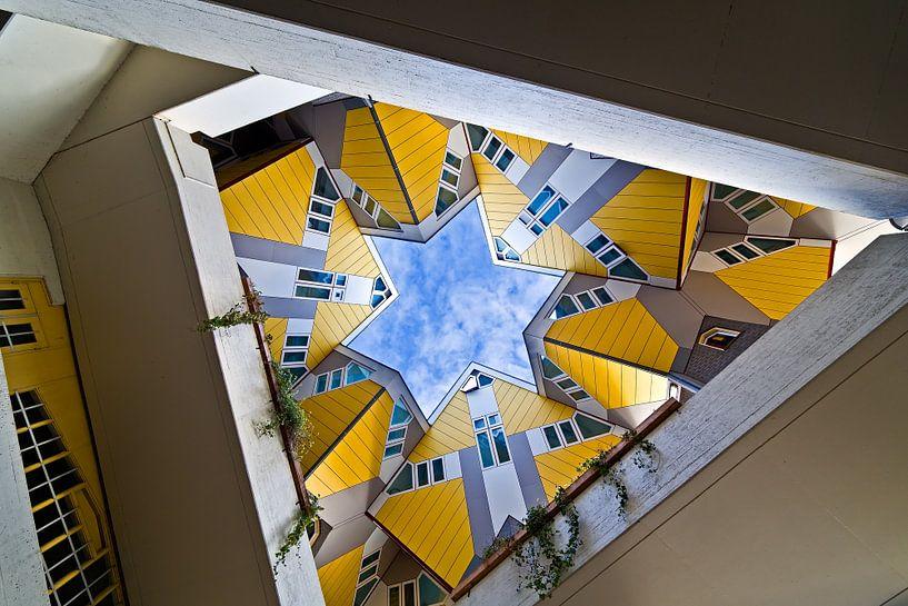 Kubuswoningen van onderen gezien te Rotterdam van Anton de Zeeuw