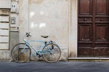 Vintage fiets in de straten van Pietrasanta Italië van Thomas Boudewijn