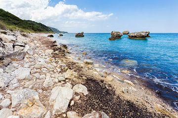 Landschap in Griekenland met rotsen en kust met blauwe zee van