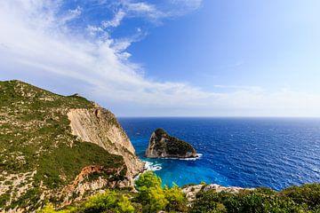 Rotswand aan zee op Griekenland (Griekenland) van