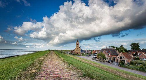 Donkere wolk boven de kerktoren van Wierum (Friesland) van
