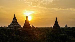 Magische zonsopkomst achter de tempels in Bagan, Myanmar