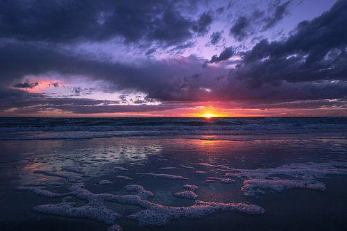 Ondergaande zon op de Noordzee bij Ouddorp