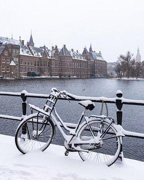 Ondergesneeuwde fiets voor het Binnenhof in Den Haag van OCEANVOLTA