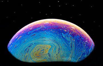 Abstrakte Blase, die eine imaginäre Kugel als Hintergrundbild bildet. von Tonko Oosterink