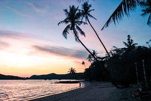 Zonsondergang op een tropisch eiland van