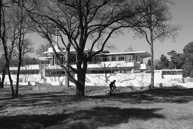 de eenzame fietser bij sanatorium Zonnestraal van Peter de Ruig