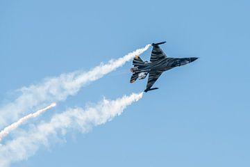 Onderste boven vliegende F-16 Fighting Falcon van Wim Stolwerk