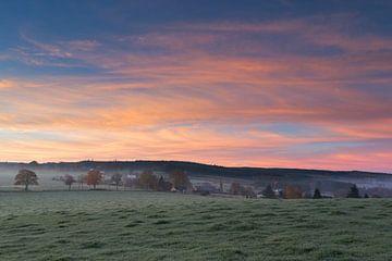 Zonsopkomst in de Belgische Ardennen op een koude herfstochtend. van