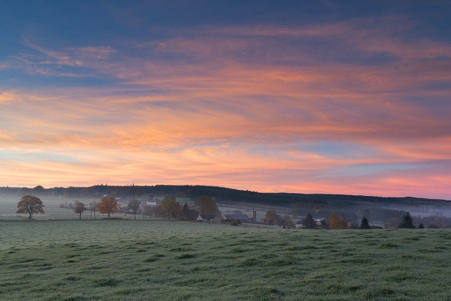 Zonsopkomst in de Belgische Ardennen op een koude herfstochtend. van Rob Christiaans