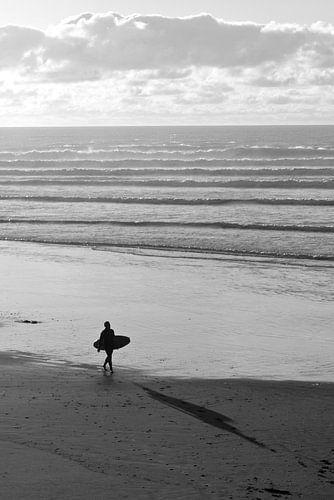 Surfer op het strand van Eddo Kloosterman