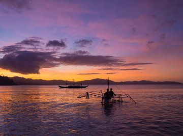 Colorful sunset at the beach of Port Barton, Palawan van Teun Janssen