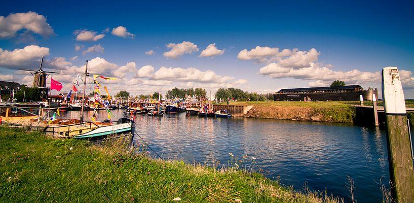 Feest in de haven van Wijk von Colin van der Bel