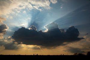 Des rayons de soleil derrière un nuage sombre sur Wilbert Burger