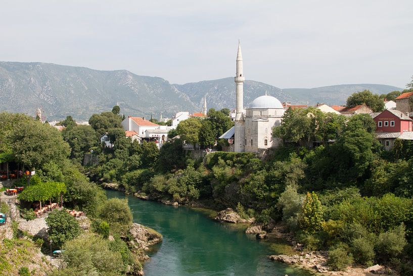 Overzicht op de moskee van Mostar van Sander Meijering